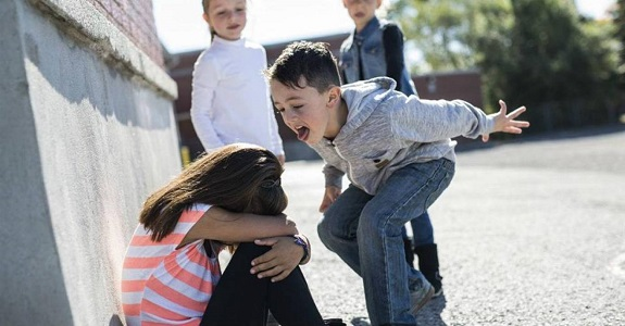 Мальчик озлобленно кричит на девочку