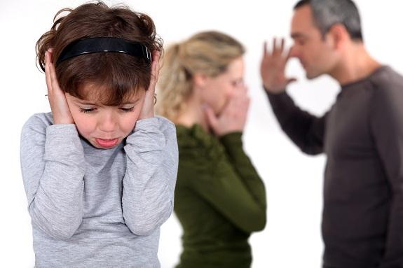 Взрослые ругаются, а ребенок стоит закрыв уши руками