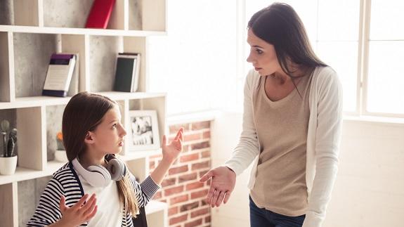 Взрослая женщина ругает подростка