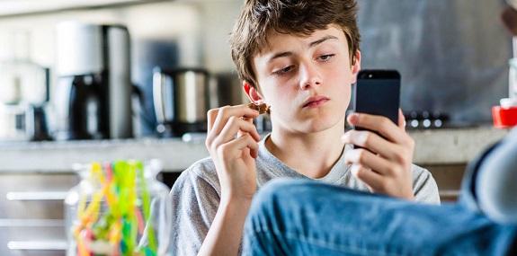 Подросток смотрит в телефон
