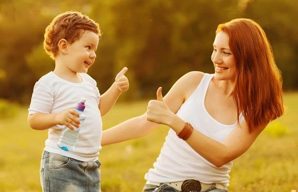 Девочка и девушка держат большой палец вверх