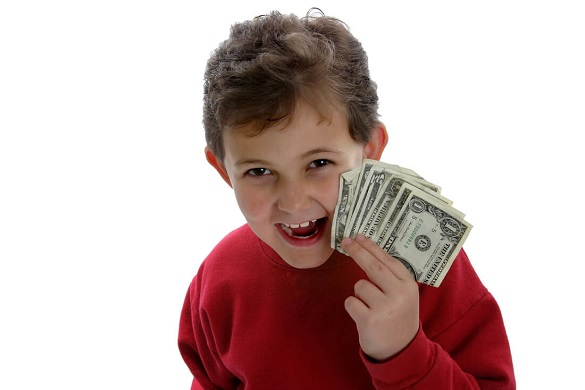 Мальчик подросток показывает деньги