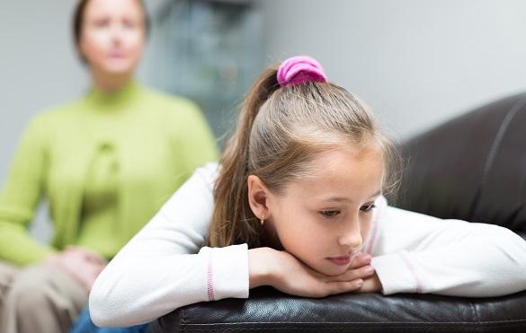 Девочка легла на диван
