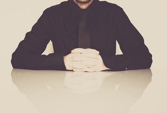 Мужчина в черной рубашке и черном галстуке
