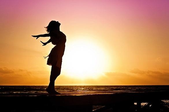 Девушка на фоне солнца