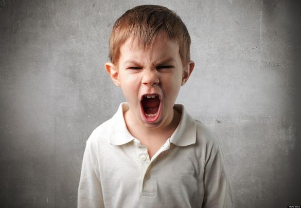 Мальчик подросток широко открыл рот