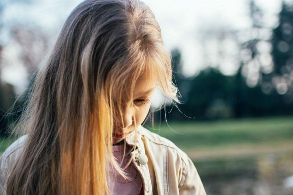 Девочка подросток с опущенной вниз головой