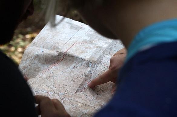 Указывает пальцем на карту
