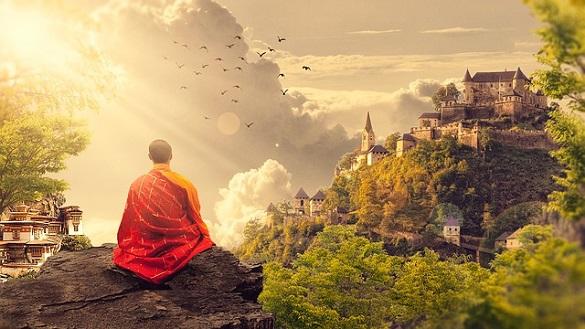 Монах сидит на фоне красивого вида