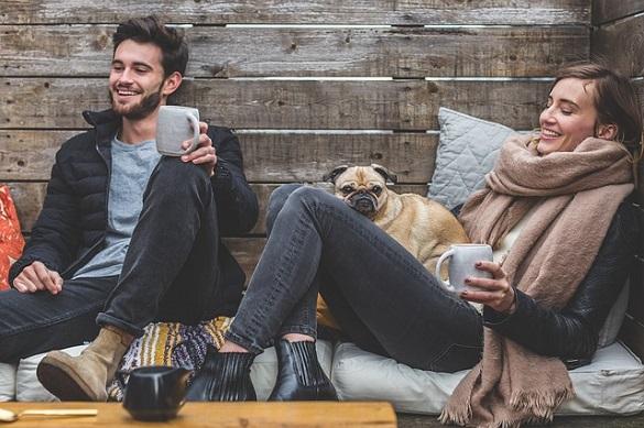 Парень и девушка держат в руках кружки
