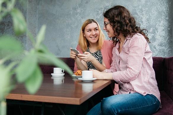 Две женщины общаются