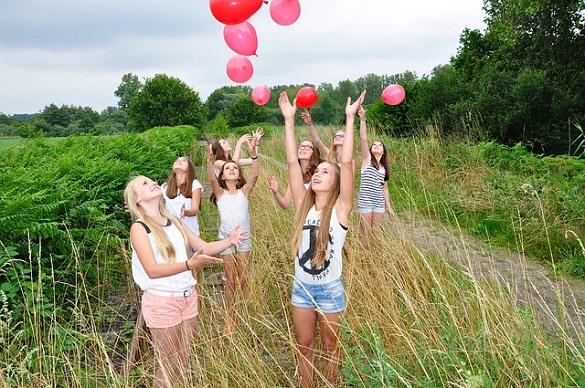 Девушки запускают шары в небо