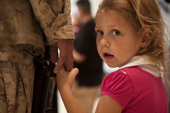 Маленькая девочка держится за руку