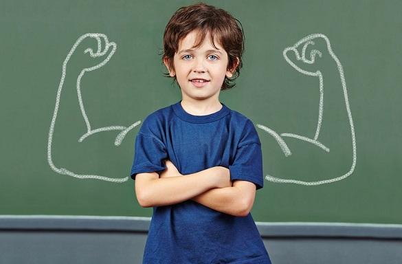 Мальчик с нарисованными на доске руками