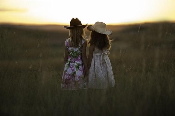 Две девочки идут по полю