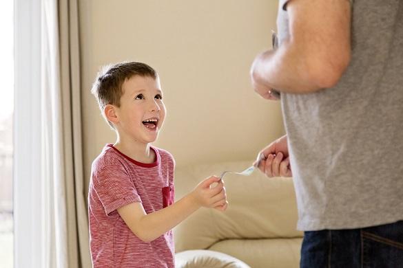 Взрослый дает ребенку деньги