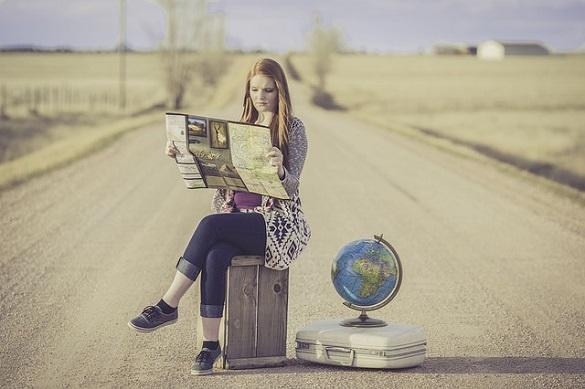 Девушка сидит посреди дороги