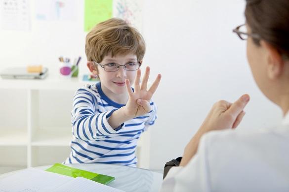 Мальчик подросток показывает четыре пальца