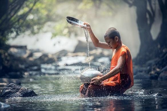 Мальчик-монах сидит в озере