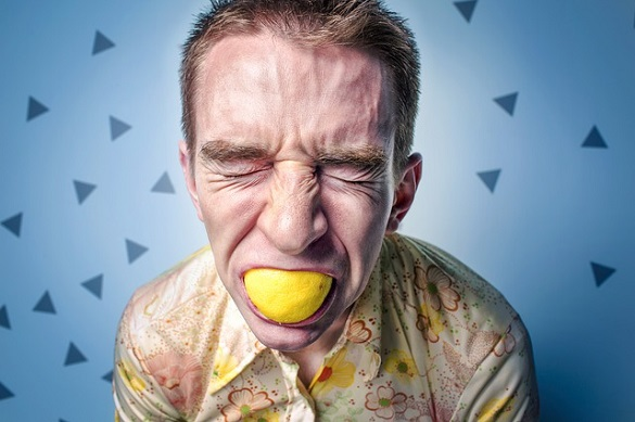 Мужчин ест лимон