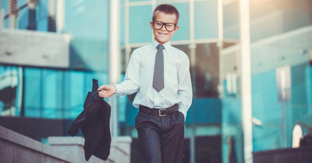 Мальчик подросток в очках и костюме