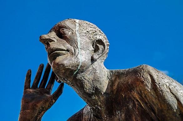 Скульптура мужчины, который делает вид что прислушивается