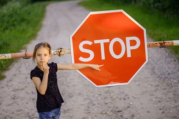 """Девочка показывает на знак """"Stop"""""""
