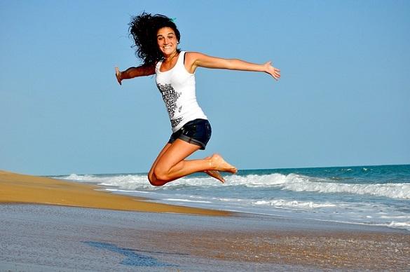 Девушка прыгнула