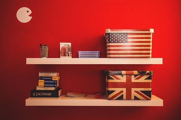 Одна коробка с флагом США, а другая с флагом Великобритании