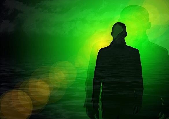Тень человека на зеленом фоне