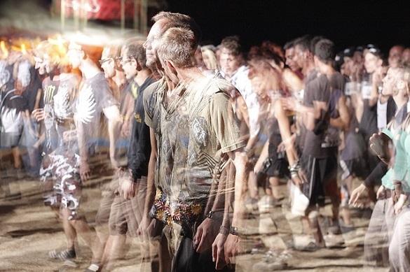 Размытое фото толпы людей