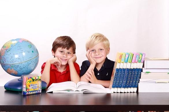 Двое детей, глобус, книги, стол, учебник