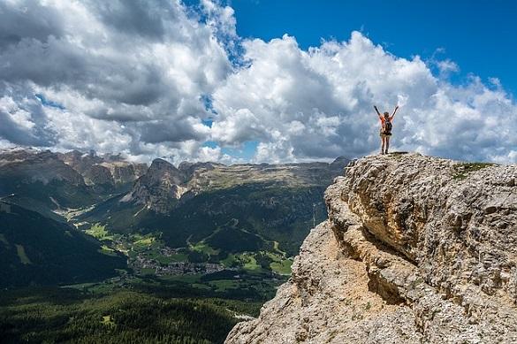 Человек взобрался на гору