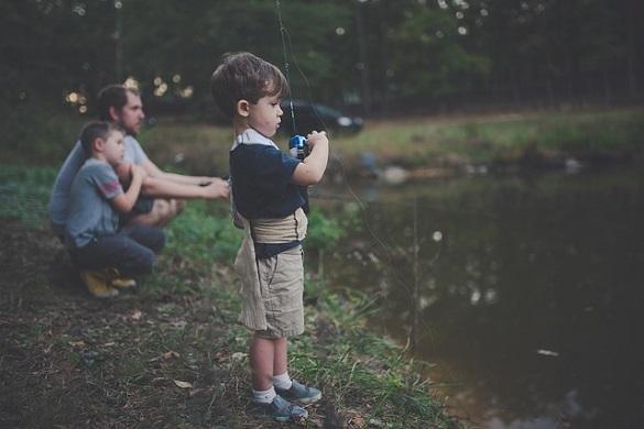 Двое детей, мужчина, озеро
