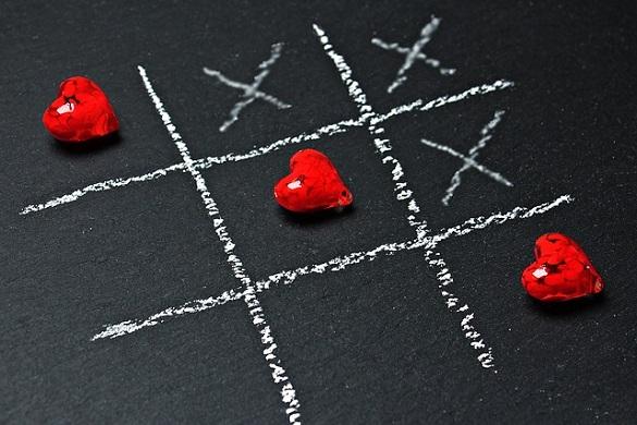 Нарисованные крестики и сердечко в виде игрушки