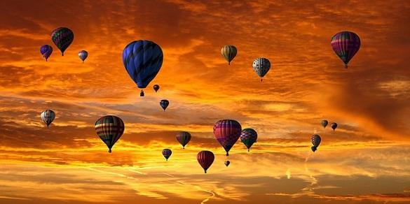 Много воздушных шаров в небе