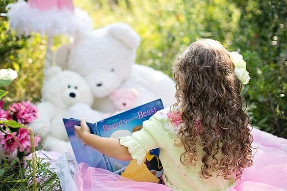 Девочка, книга, мягкие игрушки