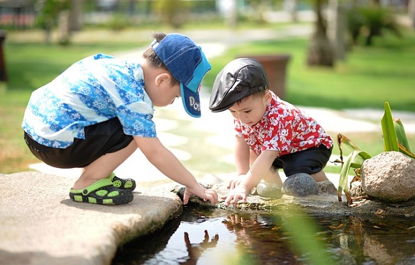 Дети играют в пруду
