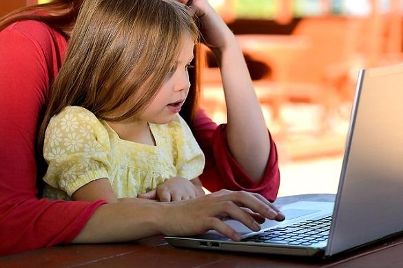Ребенок, ноутбук
