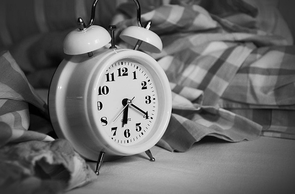 Фото будильника в чёрно-белом цвете