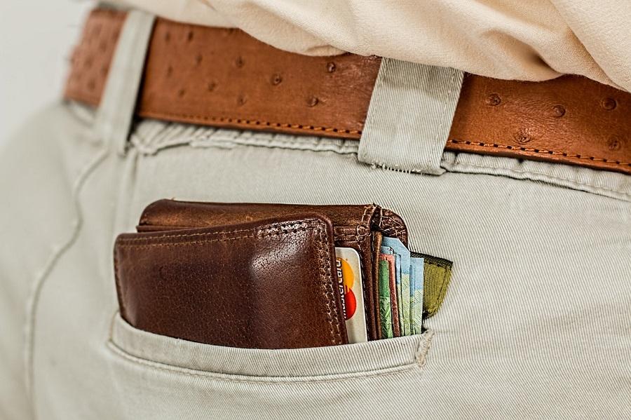 Кошелек в заднем кармане брюк